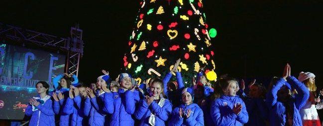 В МДЦ «Артек» зажгли новогоднюю ёлку